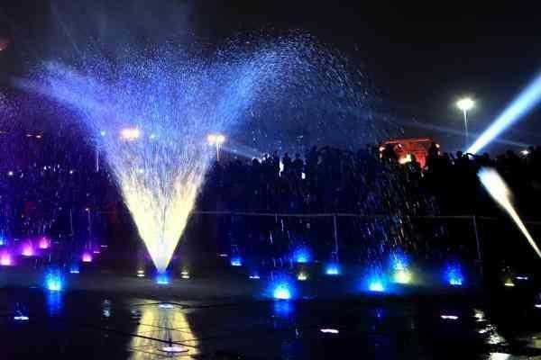 青岛最大七彩灯光音乐喷泉启用 景观照明专委会